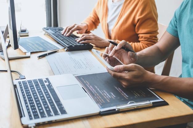 Écriture de codes et saisie de la technologie de code de données, programmeur coopérant pour travailler sur un projet de site web dans un logiciel se développant sur ordinateur de bureau dans l'entreprise, programmation avec html, php et javascript.