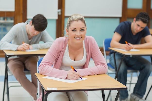 Écriture d'étudiants dans une salle de classe
