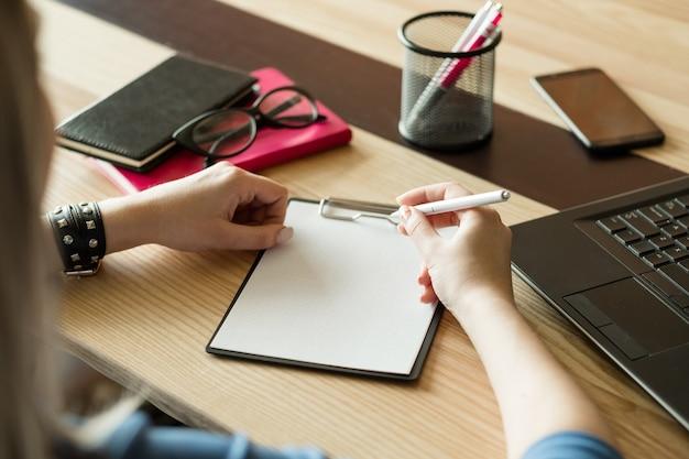 Écriture à la main dans le bloc-notes. planification quotidienne