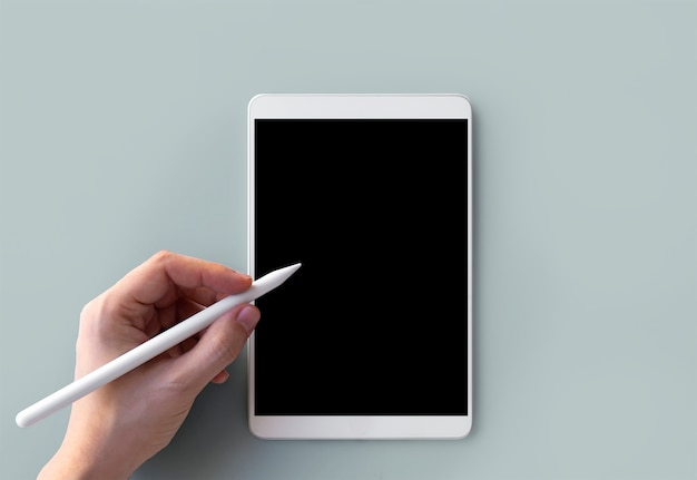 Écriture de la main gauche sur tablette