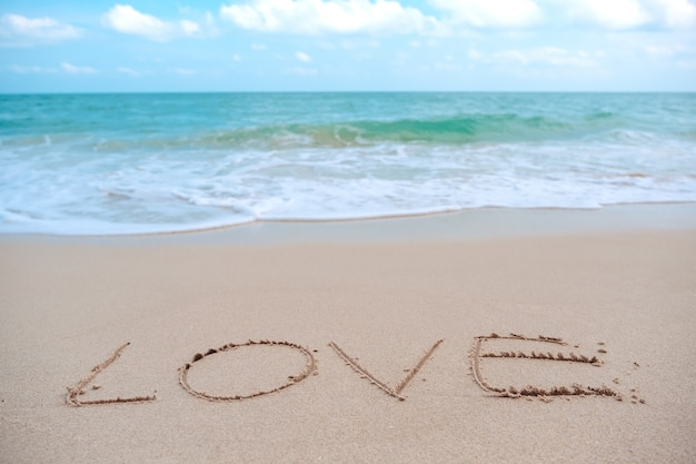 Écriture d'un mot amour sur la plage
