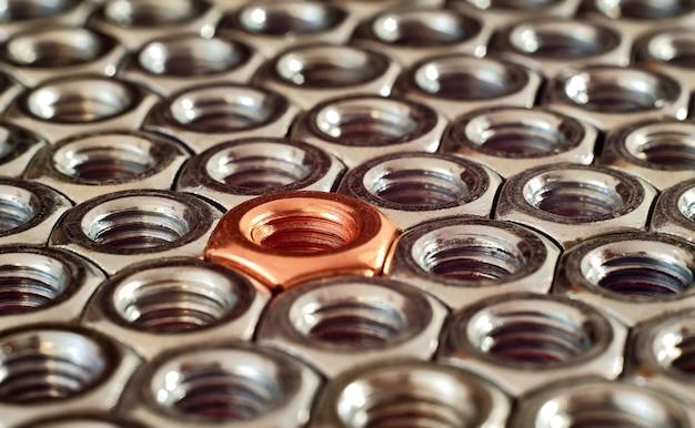 Écrou en cuivre unique parmi les modèles d'écrous en acier inoxydable.