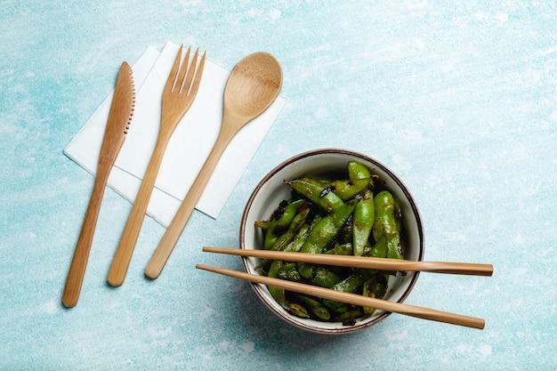 Edamame cuit sur une table bleue. gousses de soja
