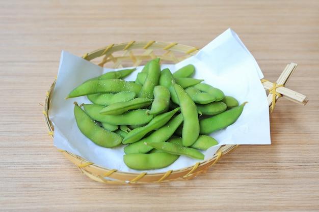 Edamame grignoté, fèves de soja vertes bouillies, cuisine japonaise