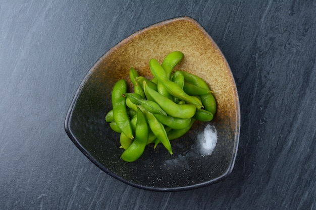 Edamame, ou haricot edamame en plaque noire sur la table en marbre noir