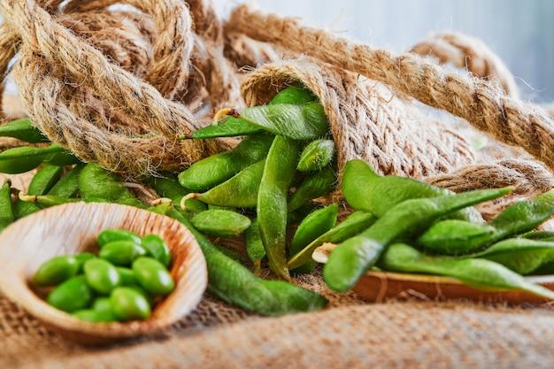 Edamame ou soja dans une assiette en bois sur un sac