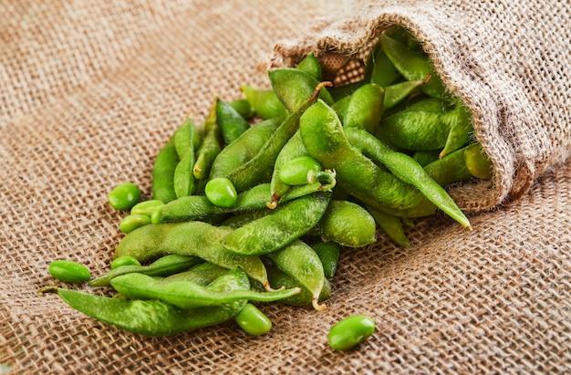 L'edamame ou le soja sortent du sac sur un sac