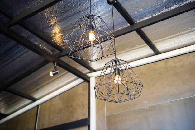 Edison ampoule et lampe dans le style de café. ampoule au ton chaud dans un café.