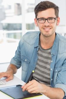 Éditeur de photo mâle occasionnel à l'aide de tablette graphique