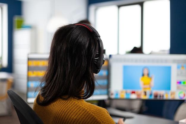 Éditeur de photographe créatif retouchant des photos d'un client sur un ordinateur de performance