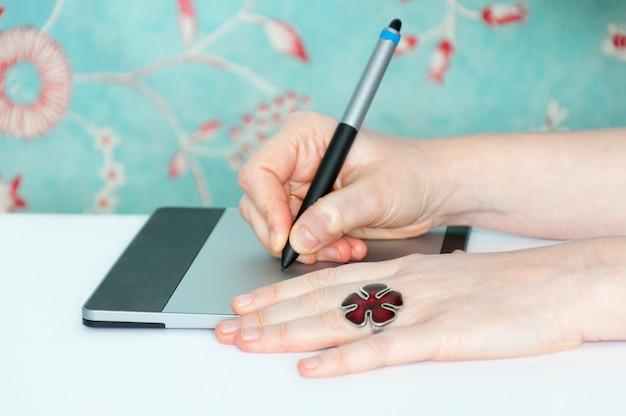 Éditeur de photos féminin utilisant une tablette graphique