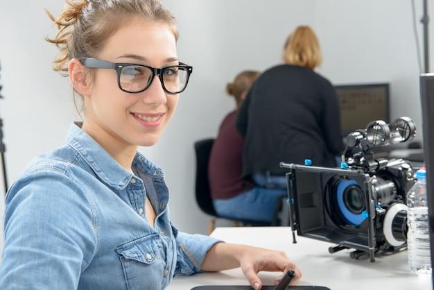 Editeur de vidéo jeune femme travaillant en studio