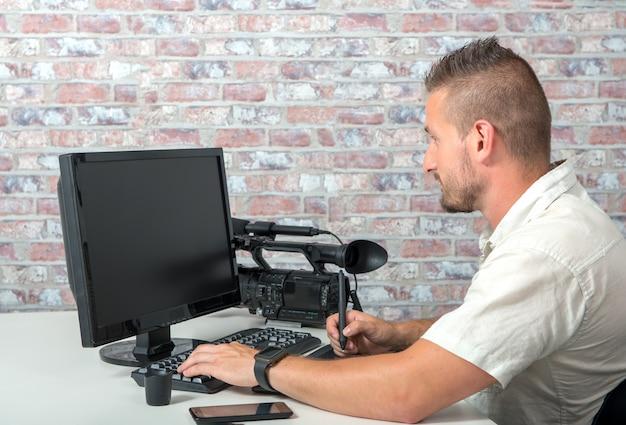 Editeur vidéo avec ordinateur et caméra vidéo professionnelle