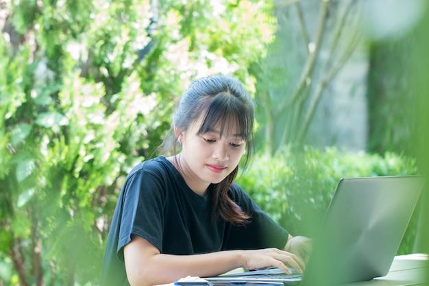 Éducation apprentissage étude concept: attrayante heureuse jeune fille asiatique profiter de la recherche, sociale
