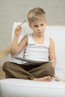Éducation - enfant garçon pensant - idée!