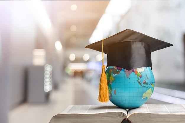 L'éducation pour apprendre à étudier dans le monde. étudiant diplômé étudiant à l'étranger idée internationale.