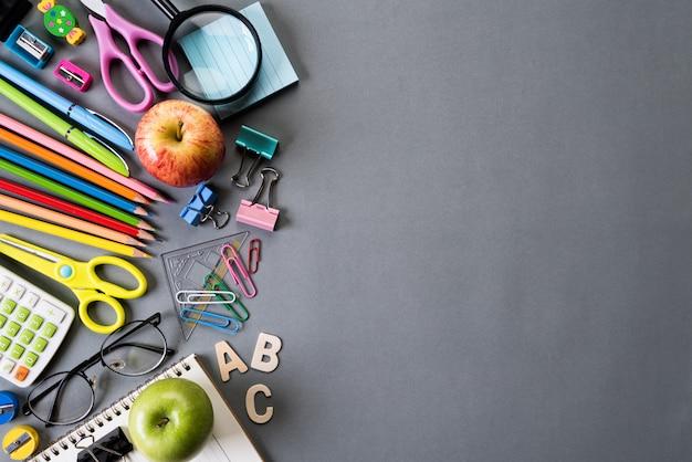 L'éducation ou la rentrée scolaire concept sur gris.