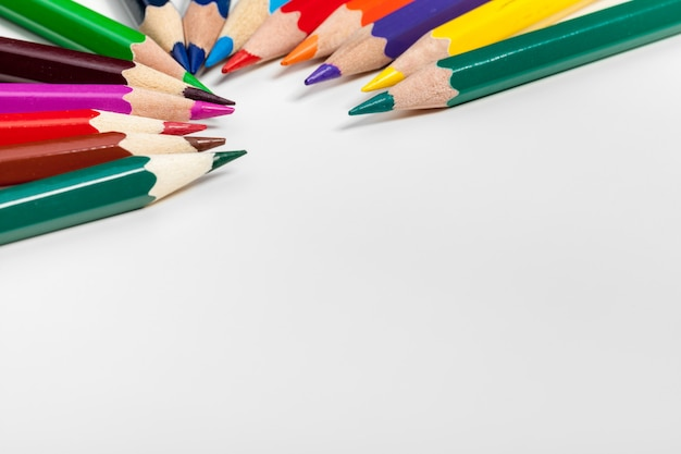 L'éducation ou la rentrée scolaire concept. gros coup de macro de crayon de couleur