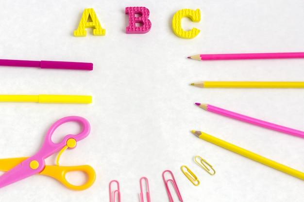L'éducation ou la rentrée scolaire. fournitures scolaires colorées sur blanc