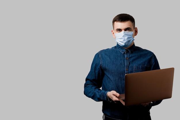 Éducation Et Travail En Ligne Pendant La Période De Quarantaine Du Coronavirus Covid-19. Homme Au Masque Médical Avec Ordinateur Portable Photo Premium