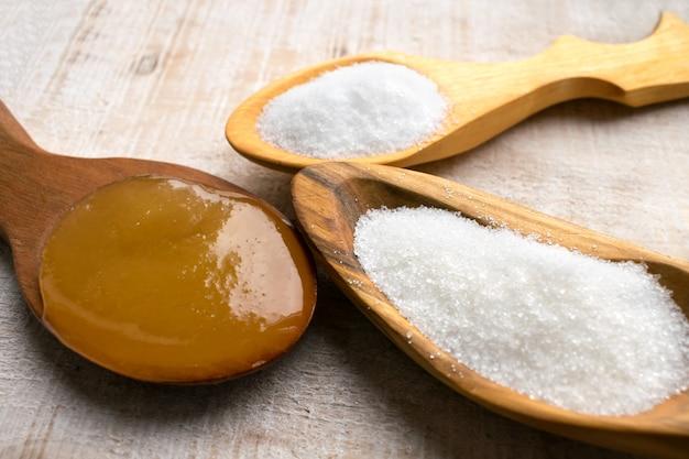 Édulcorants artificiels et substituts du sucre dans des cuillères en bois