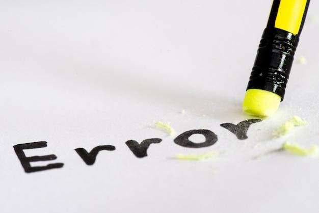 Effacer le mot erreur avec un concept en caoutchouc pour éliminer l'erreur, l'erreur