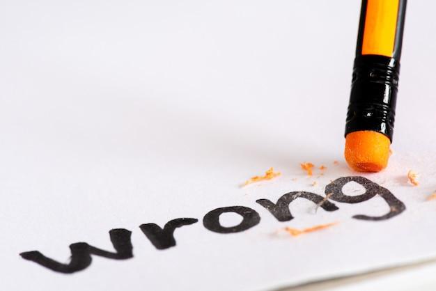 Effacer le mot wrong avec un concept en caoutchouc pour éliminer l'erreur, l'erreur