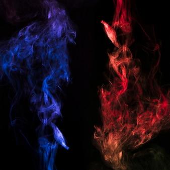 Effet de fumée enflammé sur fond noir