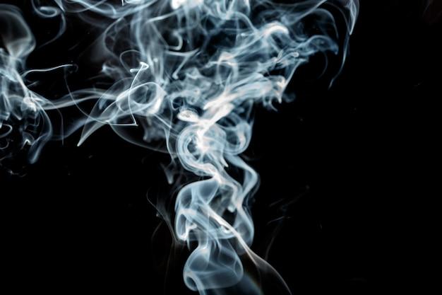 Effet de fumée isolé sur fond noir