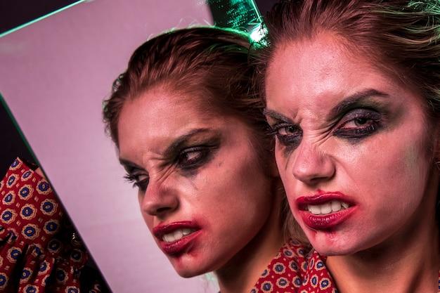 Effet miroir multiple de la femme faisant des grimaces idiotes