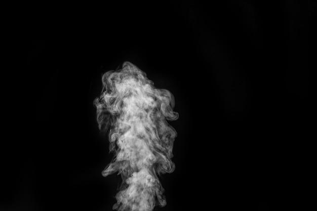 Effet spécial transparent isolé de vapeur blanche bouclée, de brouillard ou de fumée sur fond noir. brume abstraite ou arrière-plan de smog, élément de conception pour votre image, mise en page pour les collages.