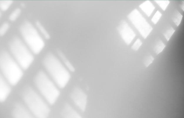Effet de superposition d'ombre naturelle de fenêtre sur mur blanc