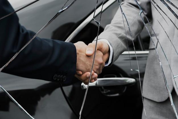 Effet de verre fissuré avec fond de partenaires commerciaux de trahison