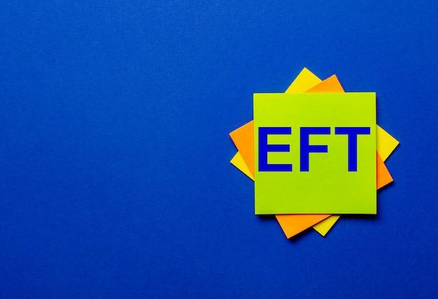 Eft écrit en autocollants de drogue sur un mur bleu