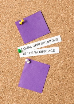 Égalité de rémunération et de droits au travail avec des papiers violets vierges