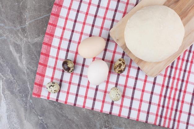 Eggsufs de poule avec œufs de caille et pâte sur nappe. photo de haute qualité