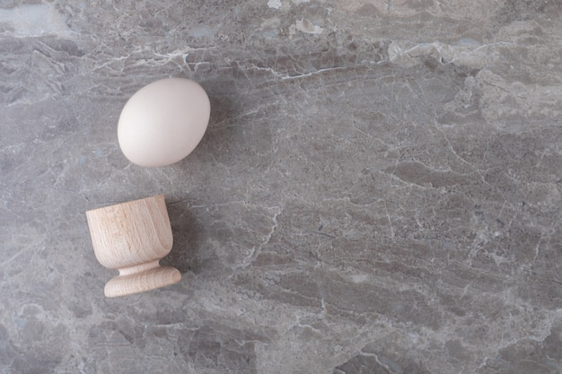 Egguf à la coque biologique sur table en marbre.