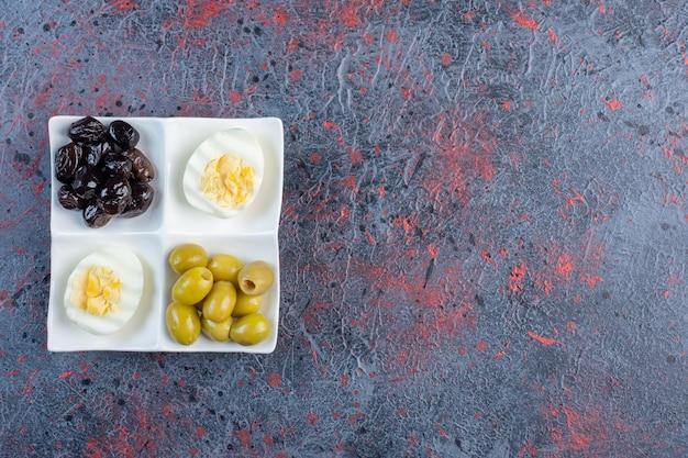 Egguf dur aux olives noires et vertes.