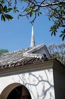 Église arbres arbres feuilles