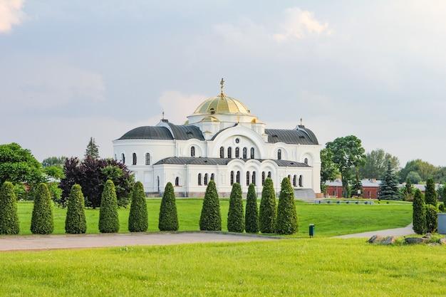 Église blanche et champs verts