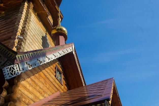 Église en bois consacrée par le soleil, plan rapproché