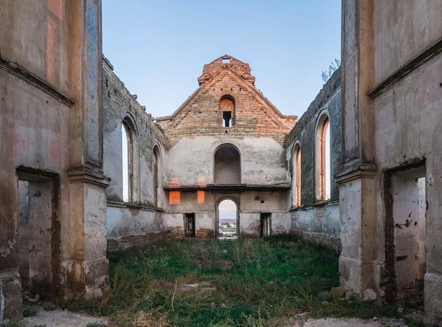 Église catholique abandonnée en ukraine