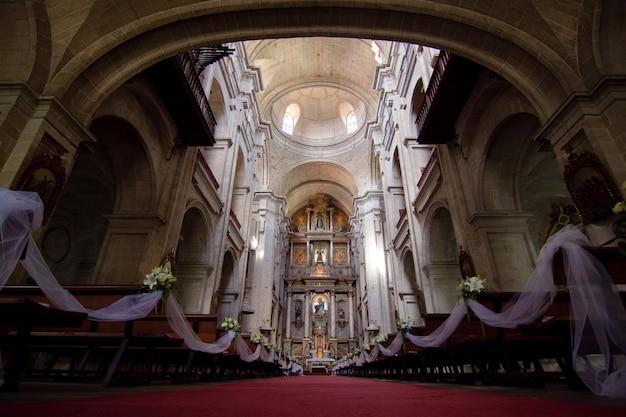Église catholique antique prête pour une cérémonie de mariage. concept marraige