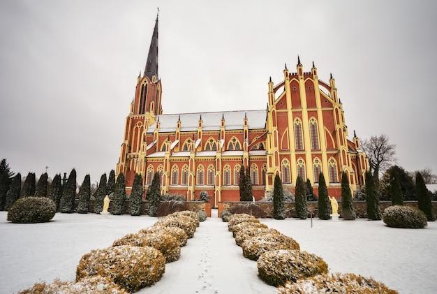 Église catholique holy trinity, village de gervyaty en hiver, région de grodno, biélorussie