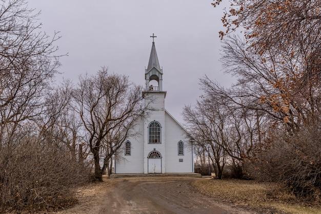 L'église catholique romaine saint-charles vintage entourée d'arbres à coderre, saskatchewan, canada