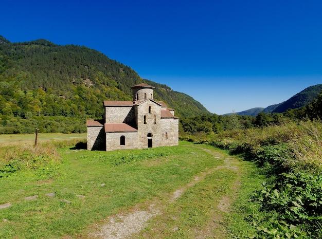 Église chrétienne à arkhyz dans le caucase, en russie.