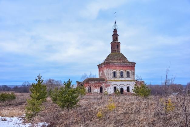 L'église cosmodamienne abandonnée a détruit l'église de cosmas et damian.