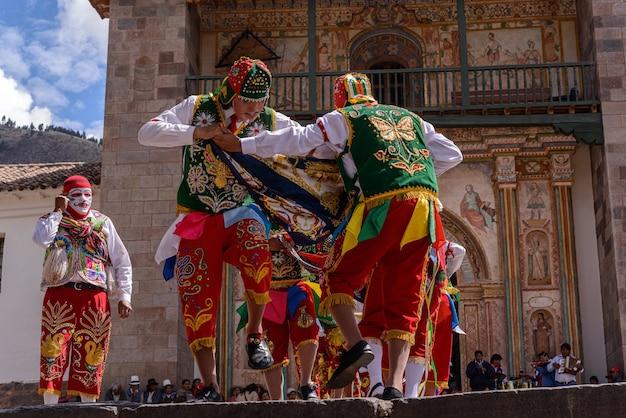 Église de danse folklorique péruvienne de san pedro apôtre d'andahuaylillas près de cusco pérou