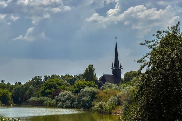 Une église derrière les arbres