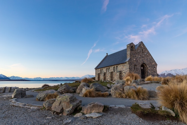 Église du bon pasteur au coucher du soleil, le lac tekapo, île du sud, nouvelle-zélande